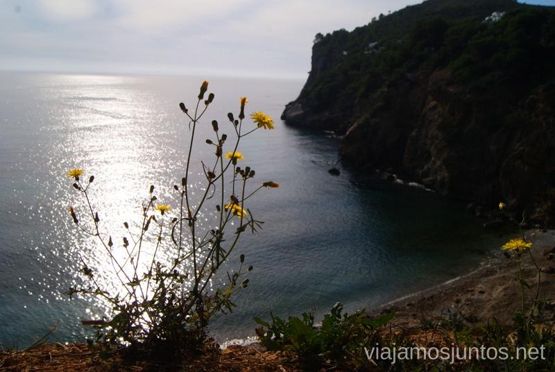 Tranquilidad en una imagen Rutas de senderismo fáciles por la isla de Ibiza. Invierno o verano. Playa, montaña y calas secretas