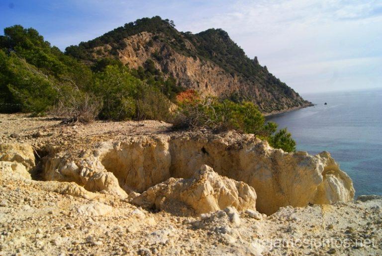 ¡Cuidado dónde pisáis! Rutas de senderismo fáciles por la isla de Ibiza. Invierno o verano. Playa, montaña y calas secretas