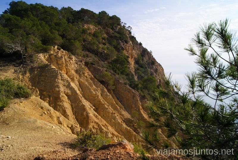 Los acantilados que cambian de forma constantemente Rutas de senderismo fáciles por la isla de Ibiza. Invierno o verano. Playa, montaña y calas secretas