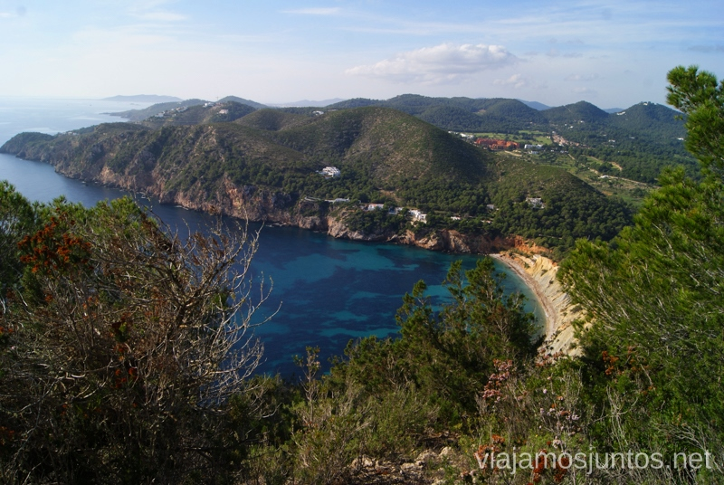 Azul intenso de Ibiza Rutas de senderismo fáciles por la isla de Ibiza. Invierno o verano. Playa, montaña y calas secretas