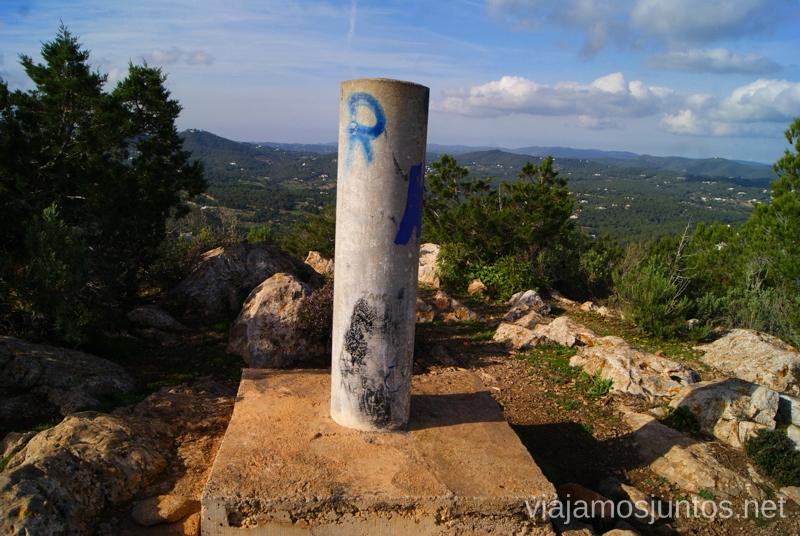 Nuestra primera cima de Ibiza Rutas de senderismo fáciles por la isla de Ibiza. Invierno o verano. Playa, montaña y calas secretas