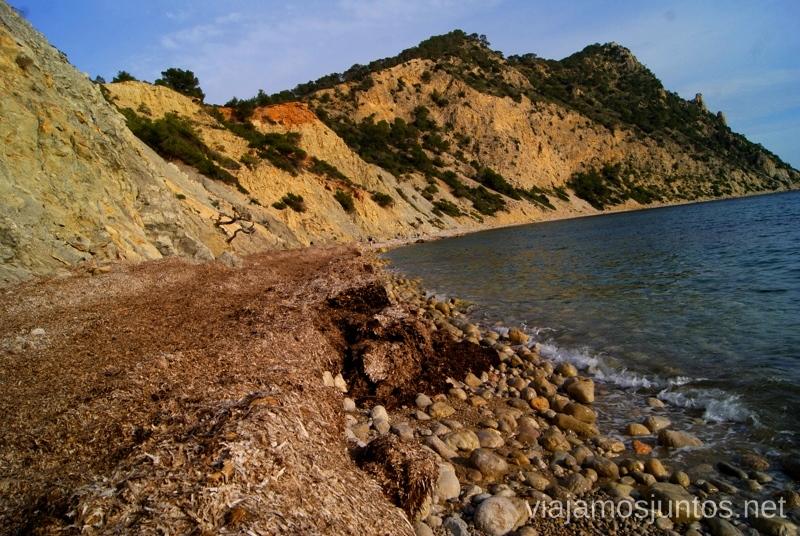 La playa - toda nuestra para descansar Rutas de senderismo fáciles por la isla de Ibiza. Invierno o verano. Playa, montaña y calas secretas