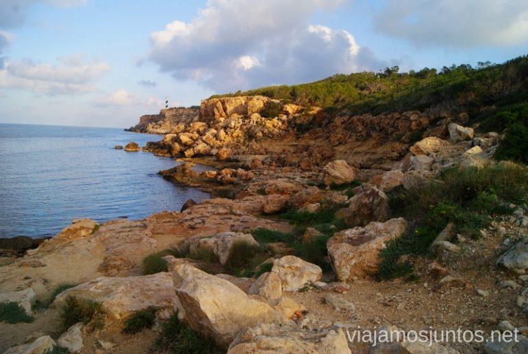 El Faro al fondo Rutas de senderismo fáciles por la isla de Ibiza. Invierno o verano. Playa, montaña y calas secretas