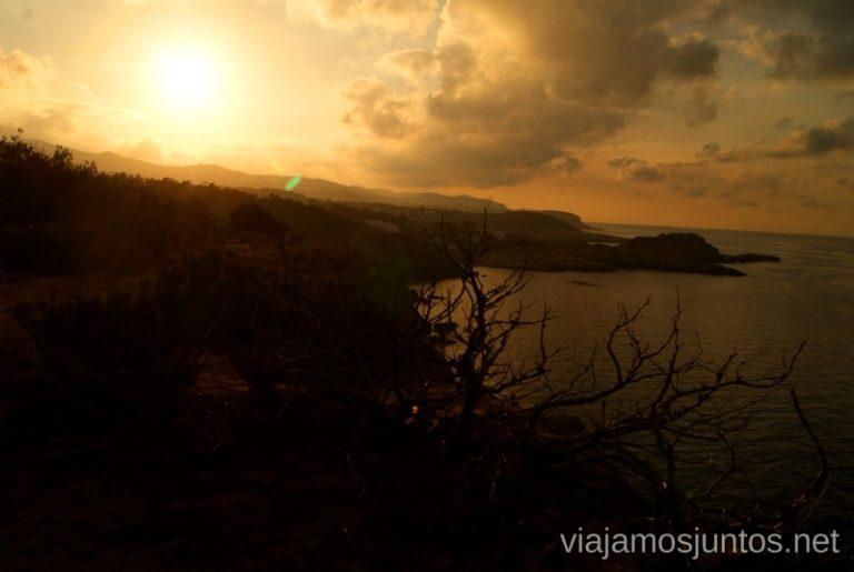 Sol despidiéndose Rutas de senderismo fáciles por la isla de Ibiza. Invierno o verano. Playa, montaña y calas secretas