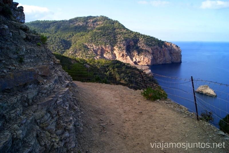 Camino al lado del precipicio Rutas de senderismo fáciles por la isla de Ibiza. Invierno o verano. Playa, montaña y calas secretas