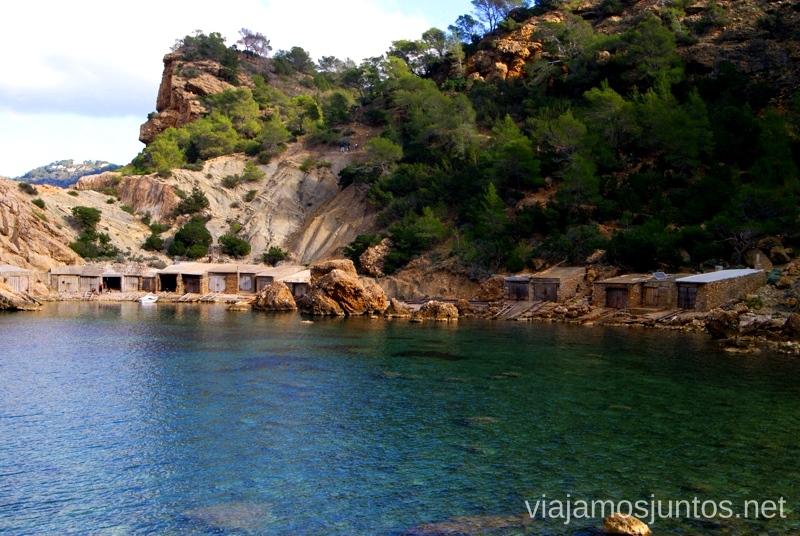 azul-verde intenso con el rojizo de por medio - los colores de Ibiza Rutas de senderismo fáciles por la isla de Ibiza. Invierno o verano. Playa, montaña y calas secretas