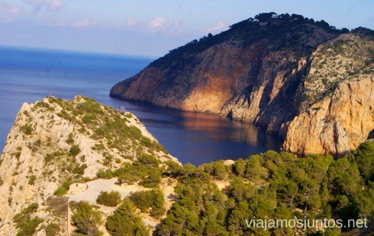 Contrastes de luz que embellecen Ibiza Rutas de senderismo fáciles por la isla de Ibiza. Invierno o verano. Playa, montaña y calas secretas