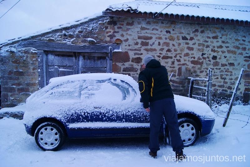 El coche camuflándose en el entorno Vivir invierno en Cantabria frío, nieve y experiencias únicas
