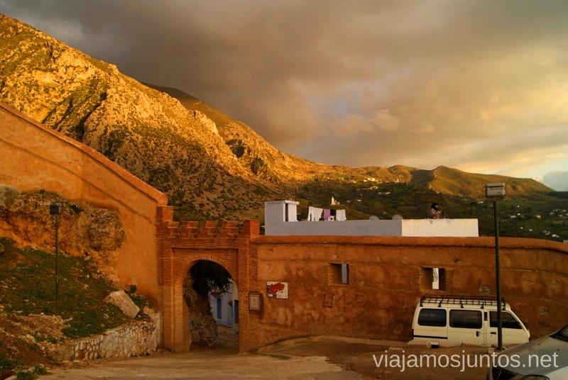 En una de las puertas de Chefchauen. ¡Qué empiece el descubrimiento! #MarruecosJuntos Como es ser taxista en Marruecas