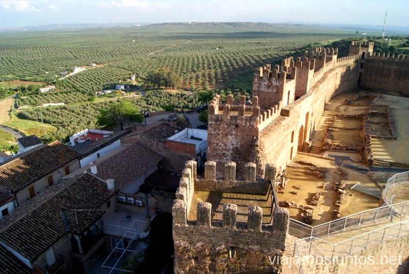 El castillo con el fondo verde del mar de olivos, es ¡Jaén! Ruta de los castillos y batallas, Jaén, Andalucía