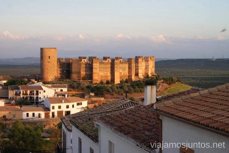 El majestuoso castillo almohade vigilando el pueblo Baños de la Encina Ruta de los castillos y batallas, Jaén, Andalucía