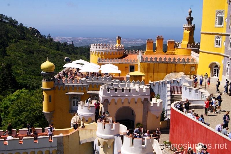 Vistas desde una de las terrazas del Palacio de la Pena Que ver en Sintra, nuestro itinerario de un día por los parques y palacios #ViajarConSuegra