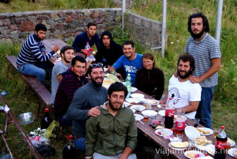 experiencia de participar en la celebración local. Stepantsminda, Georgia Itinerario para viajar por Georgia. 17 días. Gran Cáucaso Parte I
