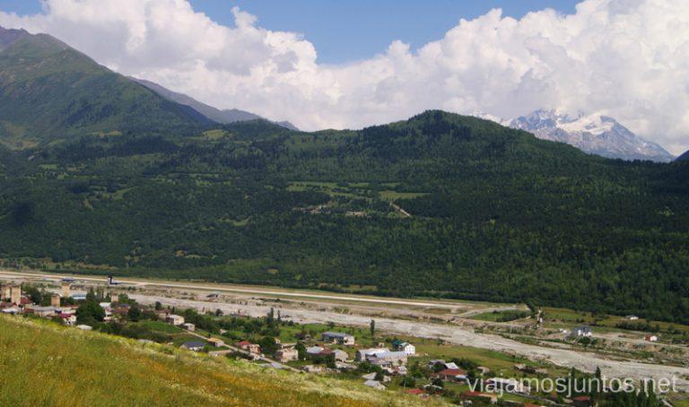 Aeropuerto de Mestia al fondo Ruta de senderismo a la Cruz de Mestia Georgia