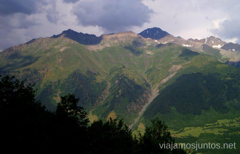Vistas desde la ruta de la Cruz, Mestia, Georgia Ruta de senderismo a la Cruz de Mestia Rutas en Mestia