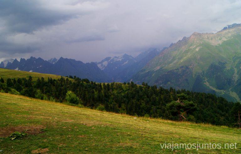¿Una tormentita? Las montañas del Gran Cáucaso de negro Ruta de senderismo a la Cruz de Mestia Svaneti Georgia