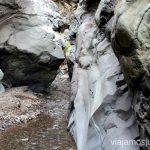 Caminando por el cause del río Ruta de la Caldera de Taburiente, La Palma, Islas Canarias