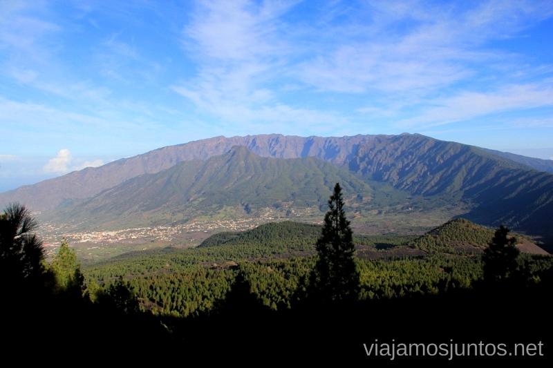 La Gran Caldera de Taburiente en todo su esplendor al fondo Ruta de los Volcanes, en la isla de la Palma, Islas Canarias #LaPalmaJuntos
