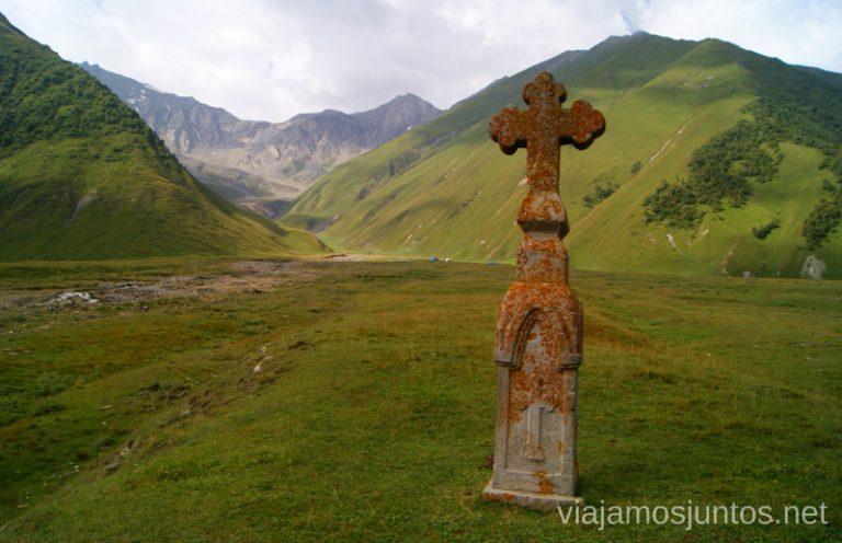Las cruces para marcar el territorio Excursión al Valle de Truso, Kazbegi, Stepantsminda, Georgia