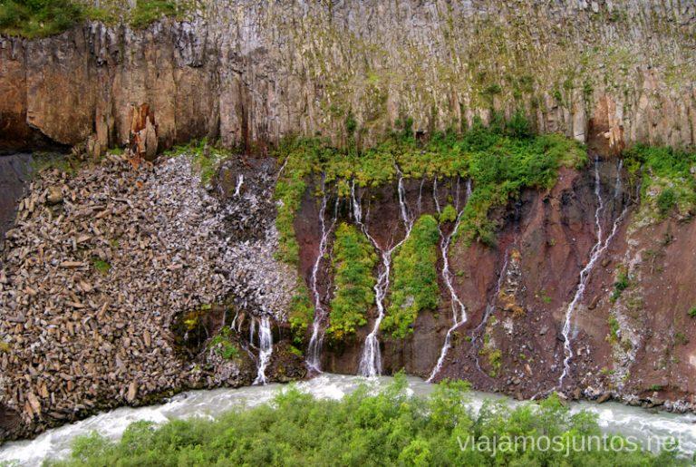 La cascada del Valle de Truso. Sale directamente de la roca de la montaña Excursión al Valle de Truso, Kazbegi, Stepantsminda, Georgia