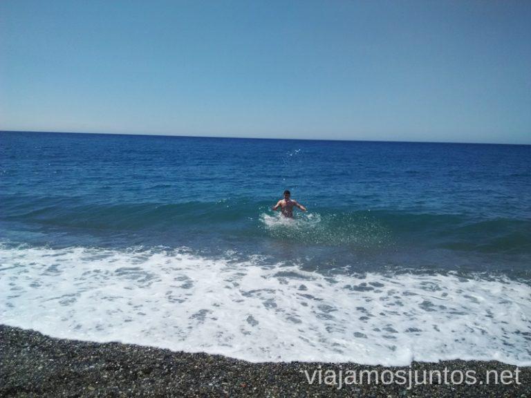 Momento playa en Almuñecar Un fin de semana en Granada: bajada en bañador en la estación de esquí Sierra Nevada y playa en Almuñecar, Andalucía