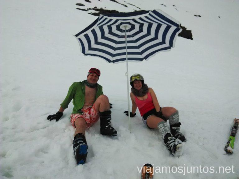 La playa nevada en Sierra Nevada Un fin de semana en Granada: bajada en bañador en la estación de esquí Sierra Nevada y playa en Almuñecar, Andalucía