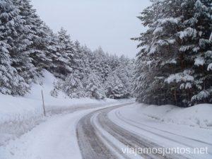 Carretera a Valdesquí en los días de más nieve Nuestras estaciones de esquí favoritas. Dónde esquiar y cómo ahorrar