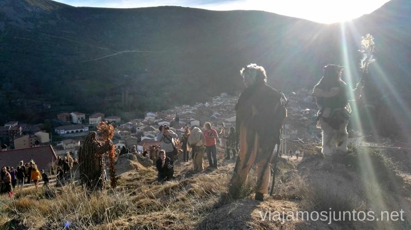 Harramachos disfrutando de las vistas sobre Navalacruz Harramachos de Navalacruz, Ávila Mascaradas Abulenses en Gredos Carnavales