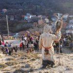 Un harramacho vigilando la fiesta Harramachos de Navalacruz, Ávila Mascaradas Abulenses en Gredos Carnavales