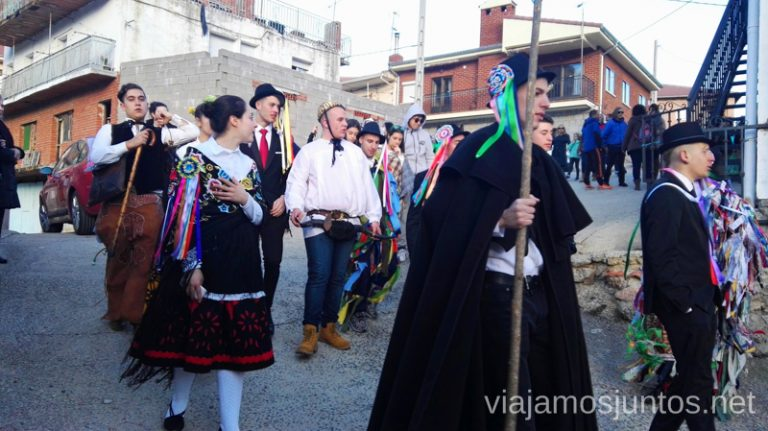Los quintos y las quintas de Navalacruz durante la celebración de la mascarada de harramachos Harramachos de Navalacruz, Ávila Mascaradas Abulenses en Gredos Carnavales