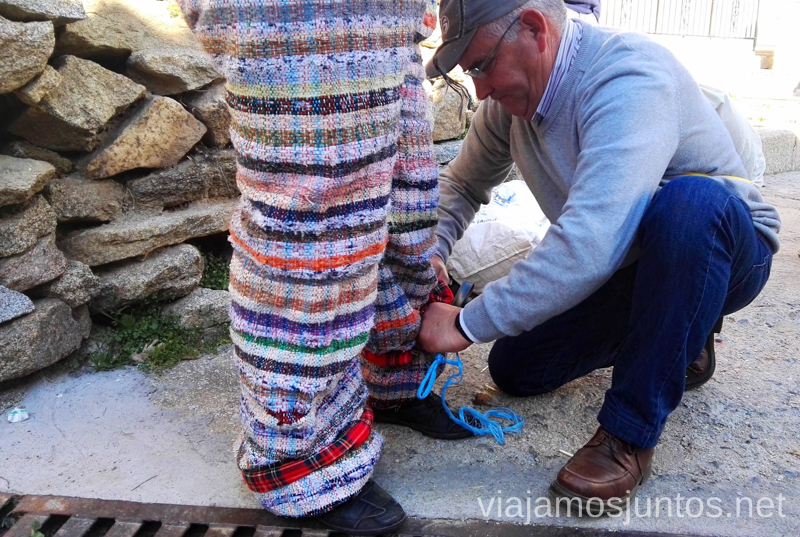 El abuelo ayudando a su cucurrumacho-nieta Cucurrumachos de Navalosa, Ávila Mascaradas Abulenses en Gredos Carnavales