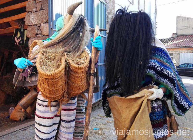 Cucurrumachos ultimando detalles para salir por las calles de Navalosa Mascaradas Abulenses en Gredos. Carnavales tradicionales populares Ávila Castilla y León