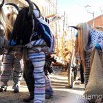 Cucurrumachos paseando por Navalosa Mascaradas Abulenses en Gredos. Carnavales tradicionales populares Ávila Castilla y León