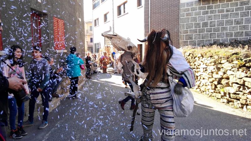 Un cucurrumacho arrojando papel sobre los espectadores Cucurrumachos de Navalosa, Ávila Mascaradas Abulenses en Gredos Carnavales