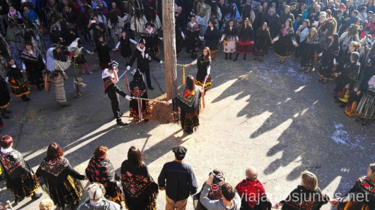 Los Quintos de Navalosa con la Vaquilla al lado del Chopo Cucurrumachos de Navalosa, Ávila Mascaradas Abulenses en Gredos Carnavales