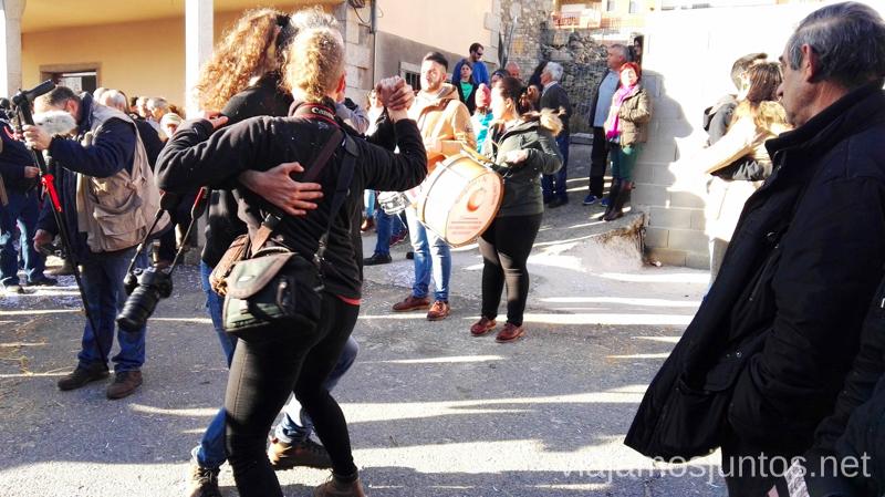 Bailes tradicionales después de la ceremonia oficial Cucurrumachos de Navalosa, Ávila Mascaradas Abulenses en Gredos Carnavales