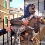 Un machurrero y un perro Machurreros de Pedro Bernardo, Ávila Mascaradas Abulenses en Gredos Carnavales