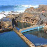 ¡Mirad qué olas! pero la gente está tan a gusto en las piscinas de la Fajana Playas de La Palma, dónde bañarse en la Palma en invierno también
