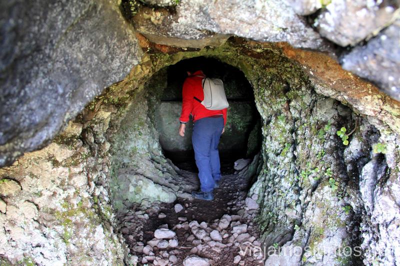 Explorando túneles Ruta de los Nacientes de Marcos y Cordero, la Palma, Islas Canarias