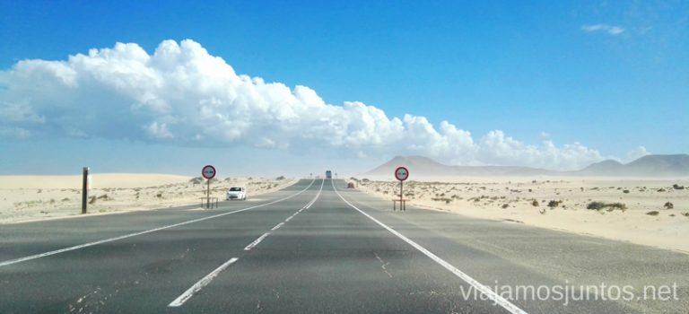 Arena migrando por la carretera, Dunas de Corralejo 10 imprescindibles de Fuerteventura