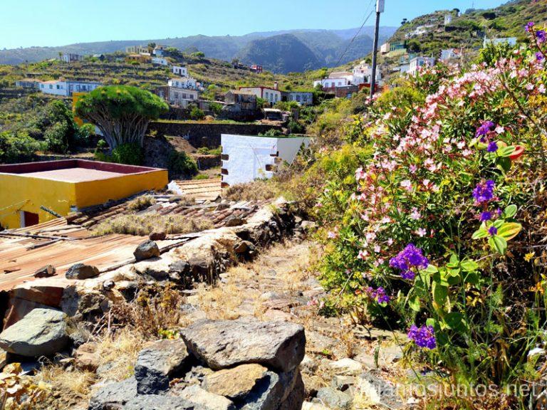 Las coloridas casas de El Tablado rodeadas de flores.