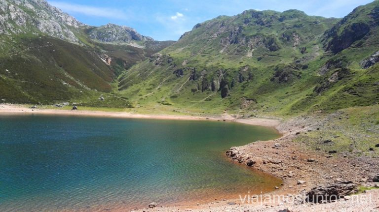 Orillas del lago de la Cueva, ricas en hierro Ruta de los lagos de Saliencia Parque Natural de Somiedo Asturias
