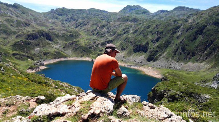 Contemplando el lago de Calabazosa Ruta de los lagos de Saliencia Parque Natural de Somiedo Asturias