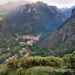 Pola de Somiedo desde la carretera dirección Aguino y Perlunes Ruta en coche por los pueblos con encanto del Parque Natural de Somiedo