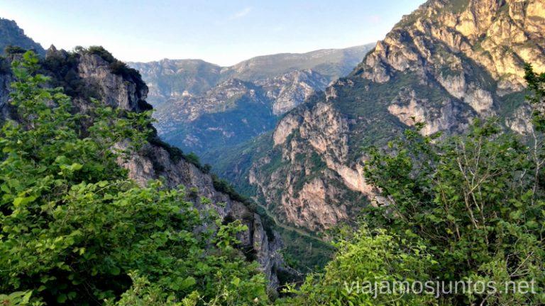 Antes de cruzar hacía Perlunes - montañas de roca a modo de vigilantes Ruta en coche por los pueblos con encanto del Parque Natural de Somiedo