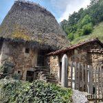 Veigas, las cabañas en medio del pueblo Ruta en coche por los pueblos con encanto del Parque Natural de Somiedo