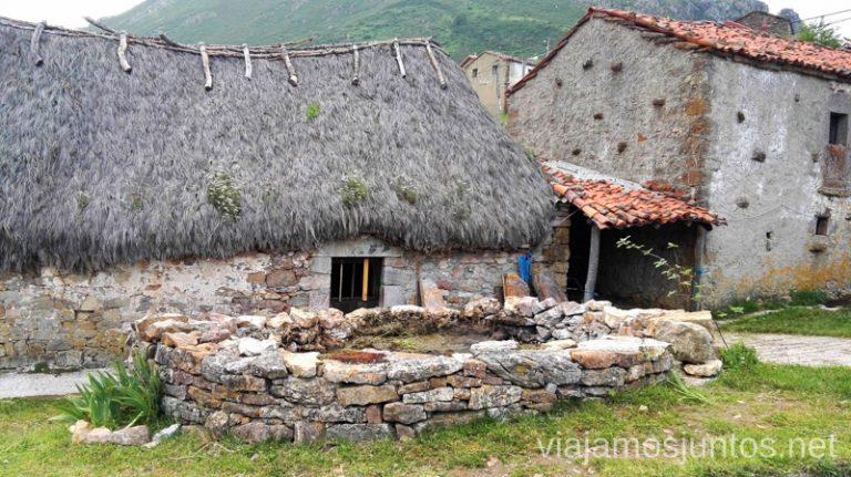 Cabañas de la braña la Peral, en uso hoy en día Ruta en coche por los pueblos con encanto del Parque Natural de Somiedo