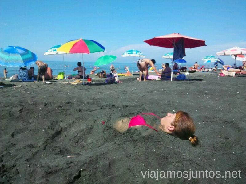 Disfrutando de las arenas magnéticas en la playa de Magnetiti, Ureki Qué ver y hacer en la costa de mar Negro de Georgia Información práctica Batumi Kobuleti Ureki