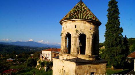 Vistas desde el Monasterio de Gelati al Cáucaso Monasterio de Gelati y Monasterio de Motsameta Qué ver y hacer en Kutaisi y alrededores Georgia