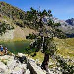 Pasando el Ibón Grande de Botisielles Ruta de los tres refugios por el Parque Natural Posets-Maladeta, Pirineo Aragonés Aragón